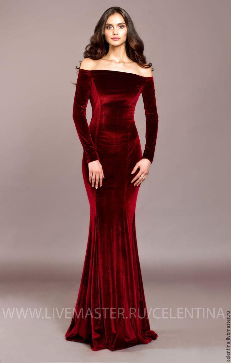 Buy Langes Samt-Abendkleid auf dem Boden. Rotes Samtkleid