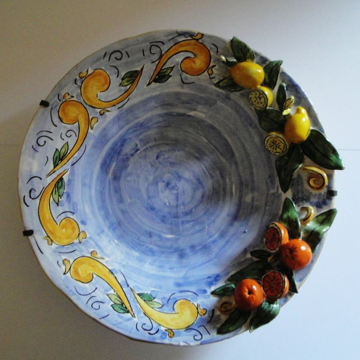 piatto maiolica, modellato e decorato a mano
