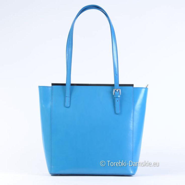 Włoska niebieska torebka ze skóry naturalnej. Przepiękny odcień tego koloru wspaniale współgra z metalowymi ozdobnymi listwami. Model pojemny, z regulowanej długości uchwytami. Efektowna i niepowtarzalna!