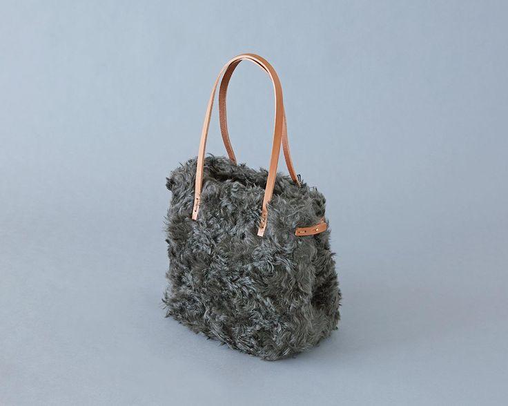ふわふわとしたカーリーな高級感あるファー素材をたっぷり使ったバッグ。革の持ち手は、肩にかけられる長さです。寒くて冷たい冬に、ふんわりとやさしい暖かさのあるバッグです。