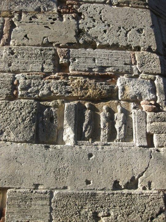 La torre dodecagonale, dell'altezza di mt. 30,20 e perimetro di base di mt. 31,40, parte da un basamento più ampio di cm. 45-60 formato da massi molto voluminosi; in basso sono collocati i pezzi più eloquenti: una meridiana, una treccia bizantina, un fregio romano che ha il suo gemello incastonato sulla facciata a valle della porta cubica, un'iscrizione seicentesca del Vescovo Perottus, parte di sarcofagi romani con scene funebri o di gladiatori in competizione