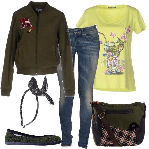 T-shirt in jersey con stampa, jeans a vita bassa, bomber monopetto con polsini in maglia, ballerine con punta tonda, borsa a mano con tasche esterne e per finire un bel cerchietto.
