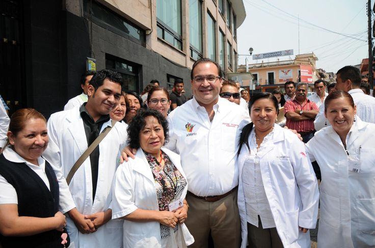 """""""Veracruz cuenta con el capital humano para alcanzar su cometido con vocación y espíritu de servicio, que son la mayor garantía de éxito"""", afirmó el gobernador Javier Duarte de Ochoa, al convivir con médicos, enfermeras y voluntarios, en el inicio de la Segunda Semana Nacional de Salud."""