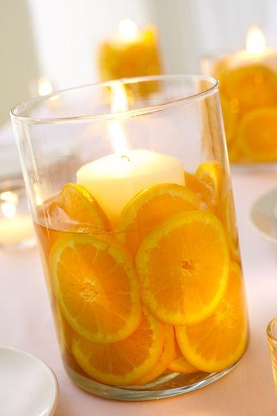 Rodajas de mandarinas o limones de pica para vasos chicos mas una velita a tamaño hacen un precioso y fragante adorno.