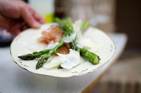 Grillad sparris med serranoskinka och parmesan