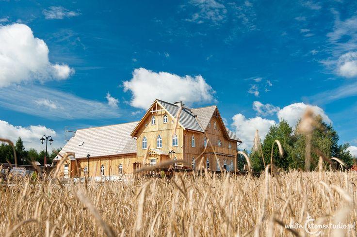W malownicznej dolinie rzeki Mrogi, w małej miejscowości Nagawki mieści się Żywy Skansen – Centrum Folkloru Polskiego. W tym niezwykłym miejscu można w kilka chwil poczuć się jak w dawnej wsi a co ciekawe, podczas pobytu w Skansenie można nauczyć się garncarstwa, tkactwa, podstaw kowalstwa artystycznego, a nawet pszczelarstwa.