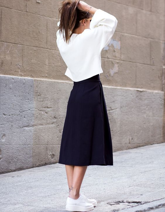 Jupe midi bleu marine + pull ample cropped + derbies blanches = le bon mix (look Zara 2014 - blog Lucitisima):