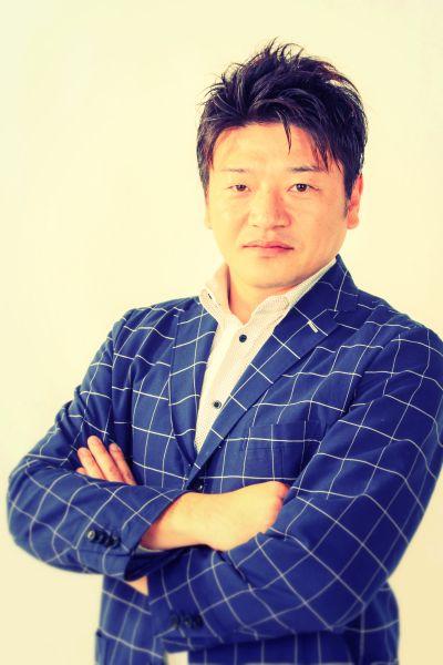 ゲスト◇恩田健帥(Kensui Onda)古の都、京都の精密板金メーカー、コーシンの専務取締役。コーシングループクリエイティブの代表取締役も兼任している。精密板金業界では、他の追随を許さない圧倒的な早さで見積もりと受注納品をこなす事業を展開。そのスピードに勝る競合は少なく、品質と短納期により顧客は全国に広がる。また、共同受注ブループのパイオニア「京都試作ネット」の中心メンバーなど京都府下の製造業約80社が集まる「機青連(京都機械金属中小企業青年連絡会)」の前代表幹事。西日本の製造業者の間では強い発言力を持っており、全国の同業者からも注目を集めている。株式会社コーシンhttp://www.k-koshin.com/pc/