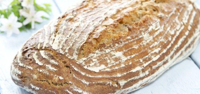 halvgrovt brød med fin surdeig, helt