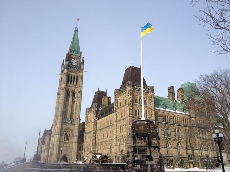 Ukrainian flag being proudly flown on Parliament Hill to demonstrate our solidarity w/ people of #Ukraine #cdnpoli