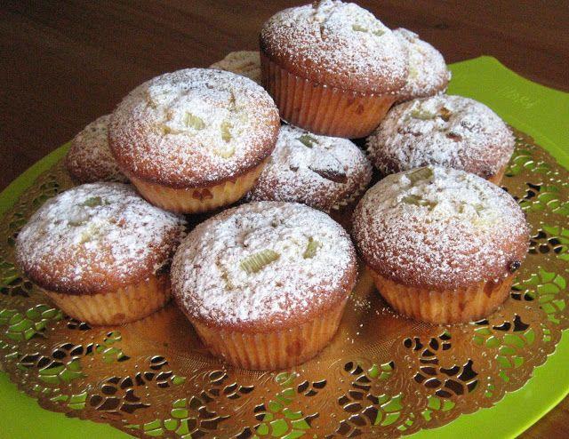 VillaTuta : Muffinit raparperi/valkosuklaa täytteellä