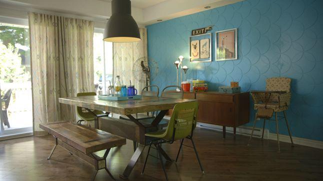 APRÈS : Un vieux ventilateur et un luminaire à l'allure kitsch ont été ajouté à la pièce, ainsi que de nouvelles chaises en plastique de couleur vive qui s'agence parfaitement avec le look de la table en bois massif.