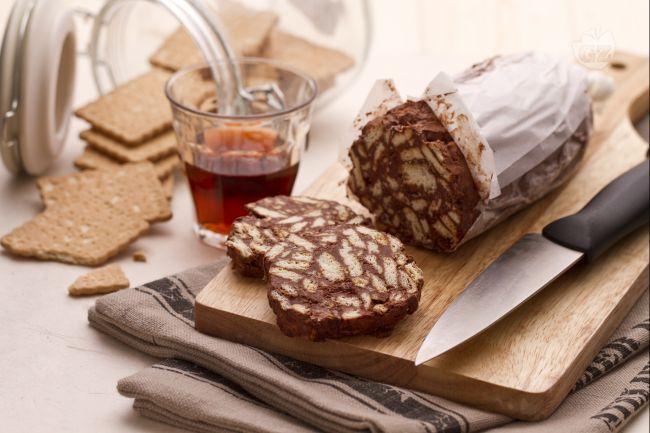 Il salame di cioccolato è un dolce gustoso e facile da fare, che si prepara in tutt'Italia. Cioccolato, cacao e biscotti secchi: semplice e delizioso