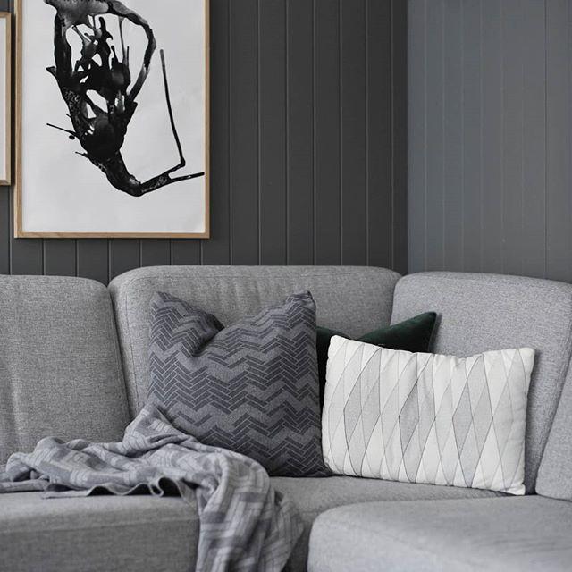 Godkroken🙌 Puter, pledd og plakat @erjinterior.no #couch #poster #pillows #interiør #whiteinterior #nordicminimalism #homedecor #nordichome #mynordicroom #nordikspace #interior125 #lovelyinterior #benedictesoe #frutanem #frkfornebu #hus10a #frantzen_inspo #sharing_sunday #delmittbilde #bjerkaninterior #nr13b #villalille @villalille #mitinspo @mitlyse #funkisjul @funkis_tine #smaatingene #lindhjem #jegfremsnakker #whiteinterior500 #putti123 #rom123