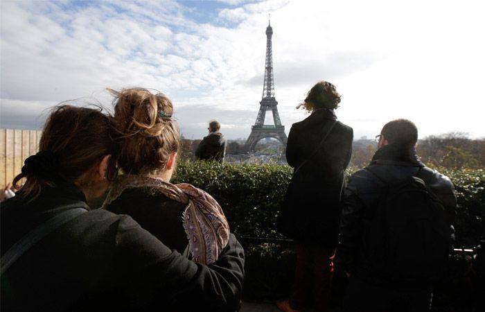 Во Франции в полдень прошла общенациональная минута молчания в память о жертвах терактов в Париже, которые унесли жизни по меньшей мере 129 человек