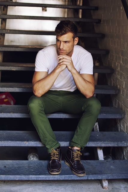 Comprar ropa de este look:  https://lookastic.es/moda-hombre/looks/camiseta-con-cuello-barco-blanca-pantalon-chino-verde-oscuro-botas-de-cuero-azul-marino/2131  — Camiseta con Cuello Barco Blanca  — Pantalón Chino Verde Oscuro  — Botas de Cuero Azul Marino