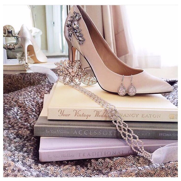 """Bridal Collection || Σήμερα μαζί με την Ελένη δοκιμάζουμε ψηλοτάκουνες γόβες και τη νέα νυφική συλλογή Nina New York @ninashoes #nakshoes #eleni…"""