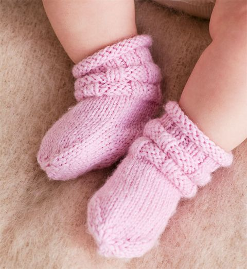 How to knit booties to keep your little one's feet warm on those chilly days. FREE pattern, thanks so xox