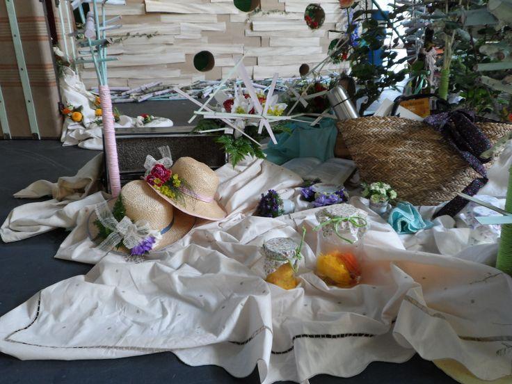 Picnic, sombreros de paja con flor natural, ranúnculos en frascos...for de Pamiplant!