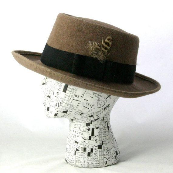Dieses grau Filz Hut ist eine klassische Pork Pie: flach an der Spitze, an den Seiten, mit tiefen Einrückungen zu steil. Es ist ein Stil, der