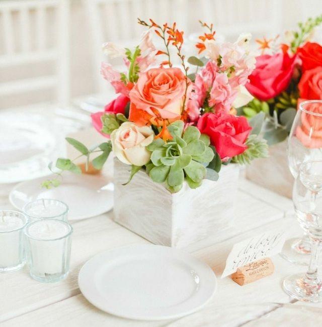 Tisch Blumenstrauß Vase aus Baumstamm üppige Blumenpracht
