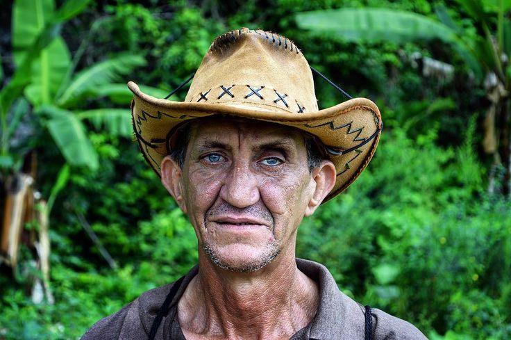 Hay fotos que aunque las hayas visto 2.000 veces te siguen hablando y transportando a esos lugares. Por eso vamos a compartir de nuevo 3 de nuestros retratos favoritos de nuestro viaje por Cuba. Empezando por el guajiro de Viñales. - Por cierto recordad es jueves y podéis ver ya el capítulo 4 de Etiopía en el canal de YouTube (link en la Bio) - #travel #traveling #viaje #viajar #cuba #america #latinoamerica #guajiro #guajira #sombrero #hat #man #hombre #retrato #portrait #verde #green…