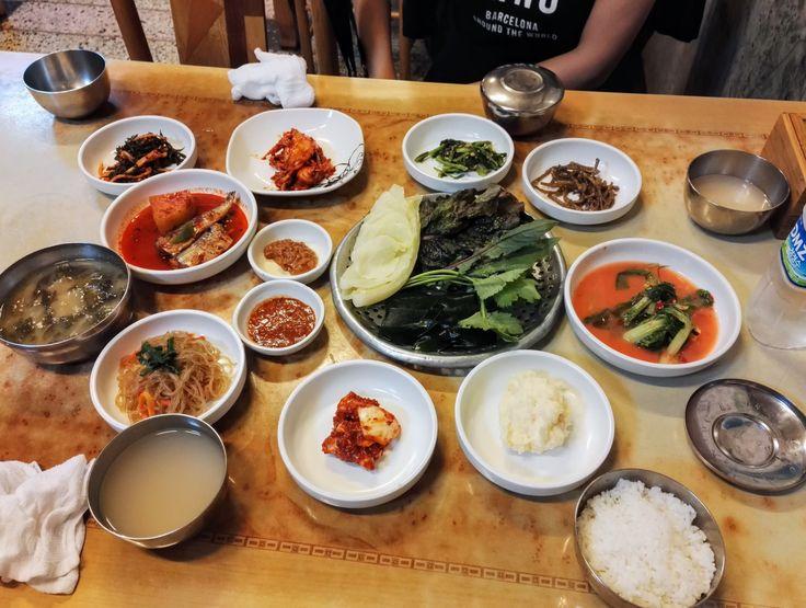 Un bel mix di diverse pietanze della cucina Sud Coreana