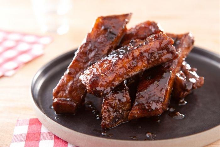 Recette de 'BBQ Ribs', travers de porc confits aux épices, Voici la recette des fameux 'BBQ Ribs', fondants et goûteux, à base entre autres d'épices, de miel, de sucre et de moutarde...