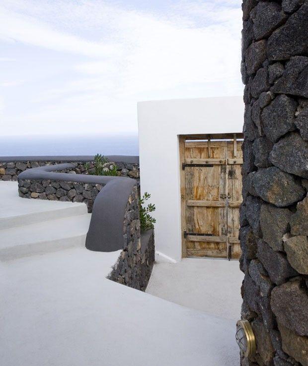 """A localização é um dos fatores mais determinantes do sucesso de um hotel. Se depender disso, o Aenaon Villas jamais terá motivos para fechar as portas, a começar pelo próprio nome – """"aenaon"""" –, uma palavra grega que significa algo como """"fluxo contínuo e eterno"""". Situada no alto da ilha de Santorini, na Grécia, a construção se encontra na divisa entre Imerovigli e Oia, instalada praticamente no topo da caldeira vulcânica da ilha"""