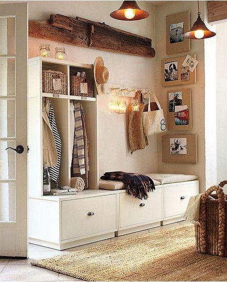 Banc et rangements pour cette entrée. http://www.m-habitat.fr/petits-espaces/entrees-et-couloirs/rangements-et-meubles-pour-l-entree-d-une-maison-2561_A