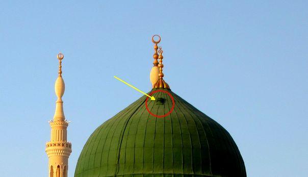 RiauJOS.com, Madinah  - Kubah hijau Masjid Nabawi, atap makam Nabi Muhammad SAW dan pemimpin Islam pertama, Umar bin Khattab, dalam beber...