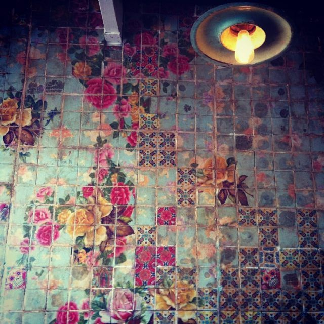 Carrelage ancien - un vrai puzzle chef-d'oeuvre en bleu et rose