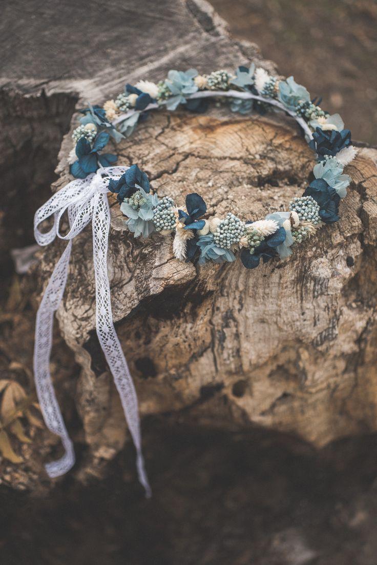 Corona de flores preservadas de estilo silvestre.  Fotografía: Artesanos al detalle.
