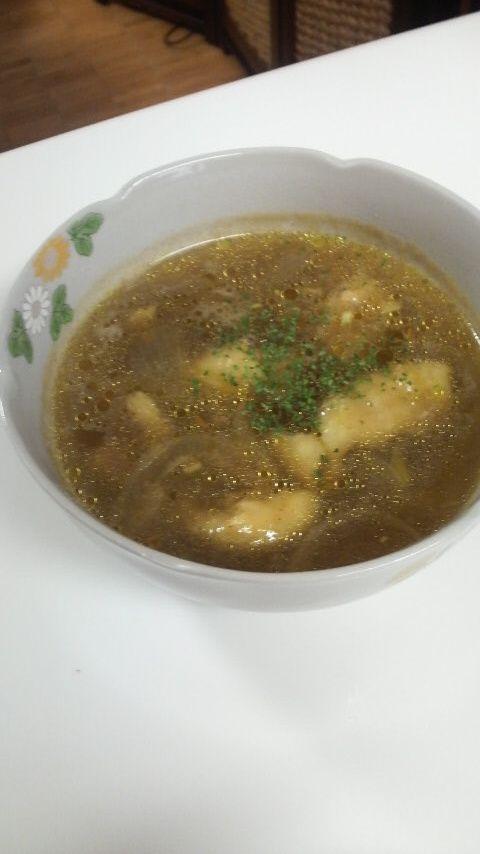 ☆ソトアヤム~バリの鶏肉スープ~☆ レシピ見直しました。ほっこり食欲がと~~っても進むスープ。どんどん食べ進めちゃうスープ。バリの国の料理です♪ CoffeeCoco 材料 鶏肉(モモ) 1枚(200~250g) にんにく 1~2片 生姜 25g 玉葱 1個 ☆S&Bクミン・シナモン・ナツメグ・オールスパイス ④振り ターメリック 小1/2 ・コンソメ+中華だし 小1+小1 ・お湯 600cc ナンプラー 大1 作り方 1 鶏肉は大きめの1口大にして塩コショウ。玉葱は薄切り、にんにくはみじん切り。生姜はおろしておく。 2 油をうすーくひき、鶏肉の皮目を下にして並べてから火を付け中火で焼き色がしっかりつくように両面焼く。(肉の柔らかさに関係!) 3 表面が焼けてきたら(火は通ってなくてよい)玉葱、にんにくを加え玉葱がしんなりするまで炒める。 4 スパイス類をいれ、よく粉を炒めるようにして全体に絡め、塩コショウをし、・をあわしておいたスープをいれ強火にして沸騰させる。 5 沸騰してきたら弱火に落とし蓋はせずにクツクツモモ肉に火が通るまで煮る。 6…