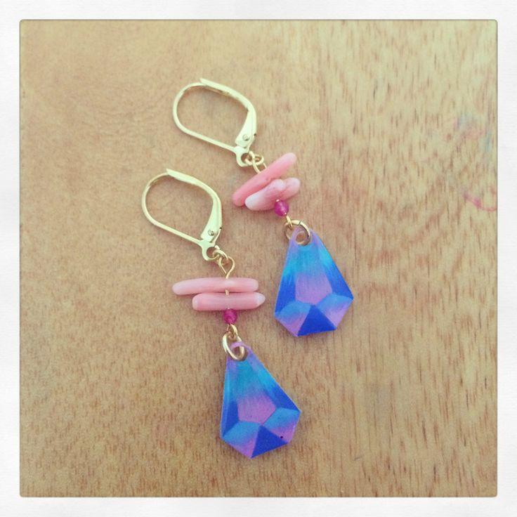 ブルーとピアスのオーロラプラバンダイヤと珊瑚のピアス