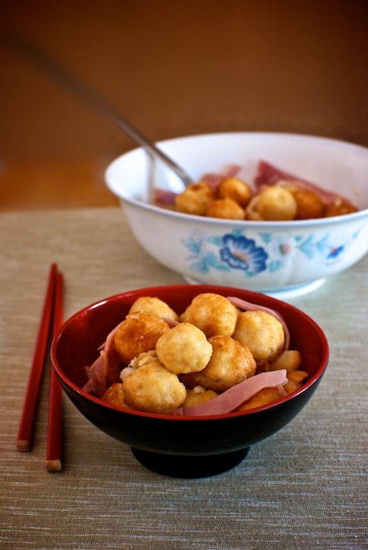 Esta receta es una clásica de la cocina china, unas ligeras albóndigas de pollo fritas y luego servidas en una ligera salsa dulce. Estas albóndigas de pollo chinas son muy fáciles de preparar con nuestro Thermomix. Para esta receta usaremos pechugas de pollo deshuesadas y sin piel, revisando a fondo para evitar que queden restos …
