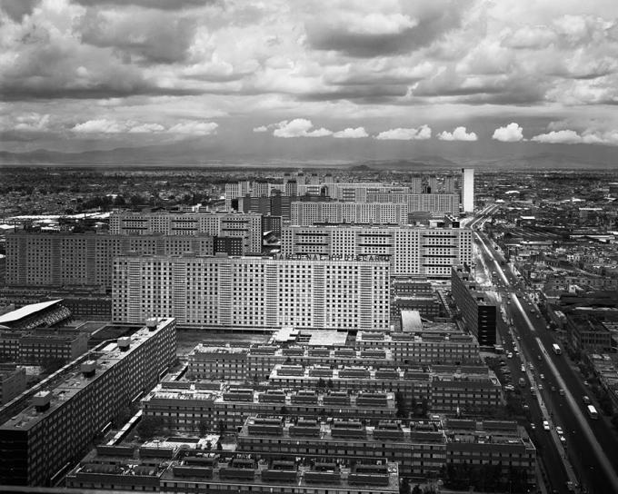 El complejo de viviendas sociales Nonoalco-Tlatelolco, en Ciudad de México. Diseño de Mario Pani, 1964. Fotografía © Armando Salas Portugal. Señala encima de la imagen para verla más grande.