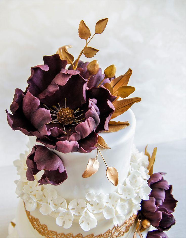 Un tort de nunta rafinat, elegant si cu detalii superbe ce ii confera un aspect regal. Detaliile sunt realizate cu mare atentie, dantela aurie fiind 100% comestibila si de mare efect, iar florile si ele realizate manual, in nuante de bordo, fac din acest tort un spectacol.