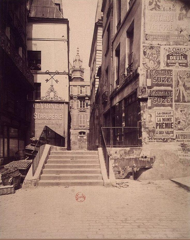 La rue Saint-Bon en direction de l'église Saint-Merri, vers 1903. Une photo d'Eugène Atget (Paris 4ème).