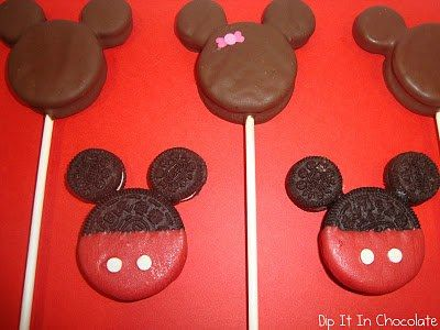 How adorable are these Mickey Oreo Cookie Pops. Get the easy how to now.