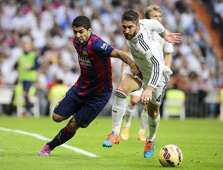 レアル・マドリード戦で競り合うバルセロナのスアレス(左)=25日、スペイン・マドリード(AFP=時事) ▼26Oct2014時事通信|「ほろ苦」バルサデビュー=かみつきスアレス、不発-スペイン・サッカー http://www.jiji.com/jc/zc?k=201410/2014102600026 #Luis_Suarez Luis Suárez #FC_Barcelona