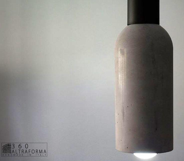 La lampada a sospensione della C-Lamp è ispirata al paesaggio urbano in continua trasformazione. Realizzata in calcestruzzo leggero di ultima generazione. Le sfumature e la colorazione sono ottenute con pigmenti naturali.