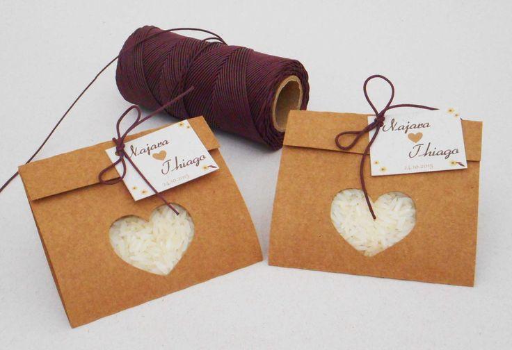 """Chuva de arroz em envelope recortado em """"coração"""" ou """"casal de pássaros"""". <br>Tag feita em papel reciclado ou linho e laço em cordão encerado de algodão ou cordão de rami. <br> <br>* Consulte disponibilidade de cores para o cordão."""