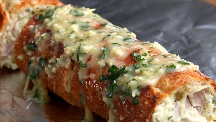 Um pão de alho recheado com presunto e queijo é o presente que você merece                                                                                                                                                                                 Mais