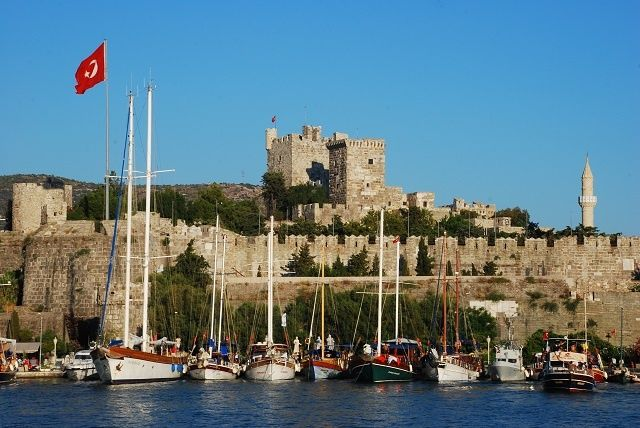 The town of Muğla is one of the most popular holiday destinations in Turkey. The tourist season here is now summer and winter. How to go to Bodrum? Bodrum is 846 km away from Istanbul, 280 km away from Izmir and 720 km away from Ankara. There are direct buses to Bodrum from most centers. Bodrum Airport is about 40 km from the center. Bus services from Bodrum Airport are operated according to domestic flights. There are regular ferry services from Bodrum to the Greek islands Kos and Rhodes…