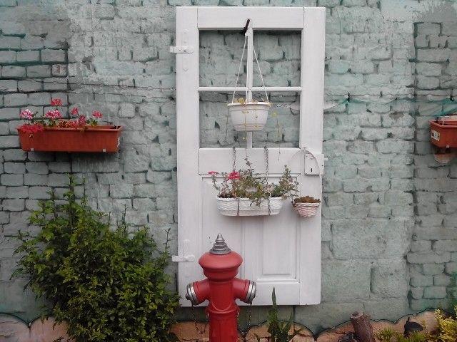 Hydrant a dveře.