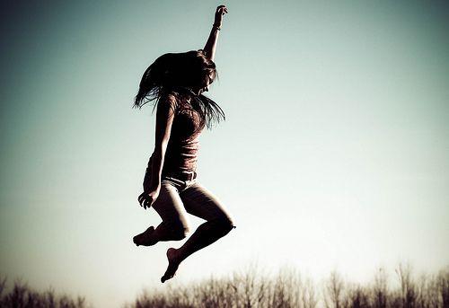 """""""Não procure por um propósito na vida, mas viva, e viva totalmente.  Não seja sério e grave, mas transforme a vida numa dança.  Dance – como as ondas no mar!  Desabroche – como as flores na primavera!  Cante – como os pássaros fazem continuamente!  E sem propósito, sem nenhuma razão; então o propósito está lá, e todo o mistério é desvendado.""""  OSHO  (Imagem por kelsey_lovefusionphoto, via Flickr)"""