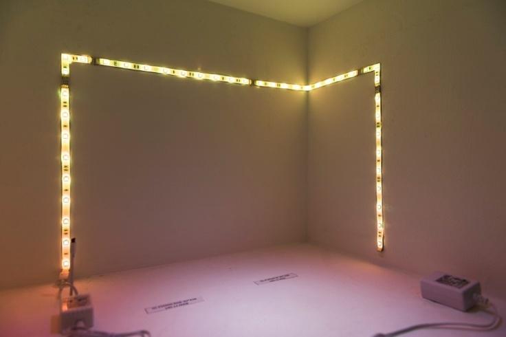 Fita de LED, alimentada por fonte como a de celular, é instalada via fita dupla face e pode ser usada - entre outras coisas - para a iluminação interna de móveis. O sistema da G-light (www.glight.com.br) tem variação de cor pelo sistema RGB e foi exposto na 13ª edição da Expolux, feira de iluminação em São Paulo.