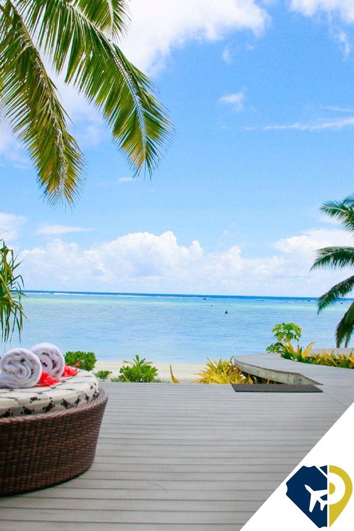 """Aitutaki (Islas Cook). Océano Pacífico Sur Si el País de Nunca Jamás existiera, se llamaría Aitutaki. Es un paraíso como sacado de un libro, un anillo de arena y palmeras que envuelve una laguna poco profunda y de aguas cristalinas. Si se sobrevuela, se distinguirá perfectamente la muralla de coral que lo rodea, así como los trece islotes diminutos que sirven de playas y que dan una nueva dimensión a la palabra """"intimidad con la naturaleza""""."""