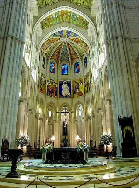 Altar Mayor de la Catedral de La Almudena Madrid España.| ViDRIERAS DE MANUEL ORTEGA